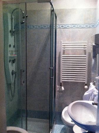 Casa Pisani Canal: Vi sembra un bagno da suite???