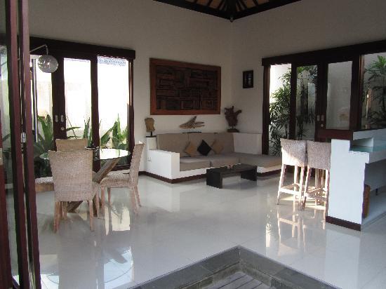 The Trawangan Resort: salon entre les 2 chambres