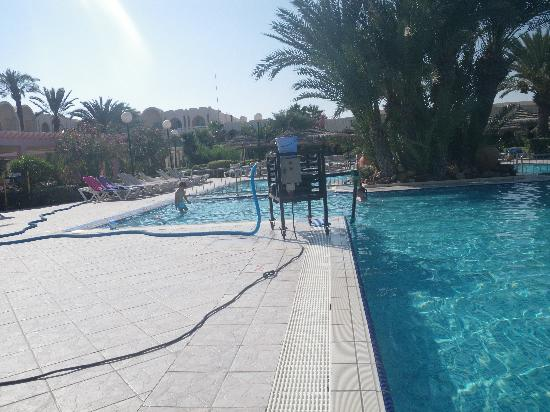 Iberostar Mehari Djerba: et non ca n'est pas un barbeucue en bord de piscine mais la machine qui la nettoie !!