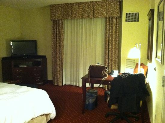 Hampton Inn & Suites Washington-Dulles International Airport: View from entrance towards TV and Desk