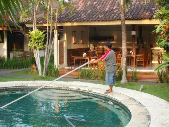 Dayu Beach Hotel : Ketut giving the pool the morning vaccumcleaning