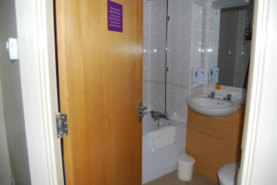 Premier Inn Derby West: bathroom, very clean