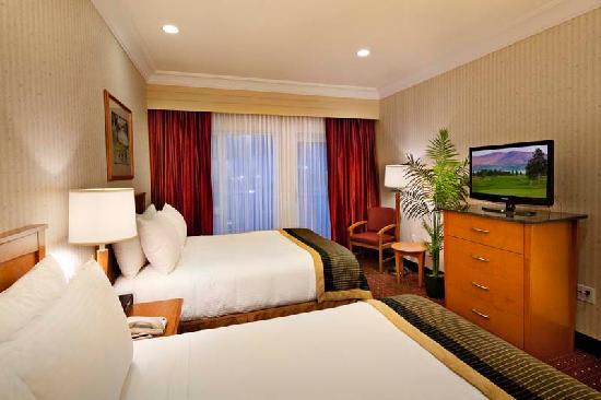 Best Western Plus Kelowna Hotel & Suites: Bedroom of our Queen Suite with Wet Bar