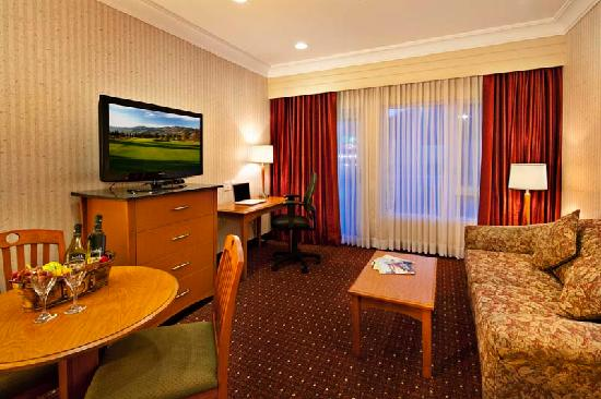 Best Western Plus Kelowna Hotel & Suites: Living Room of our Queen Suite with Wet Bar