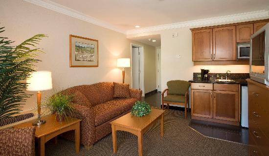 Best Western Plus Kelowna Hotel & Suites: King Suite with Wet Bar