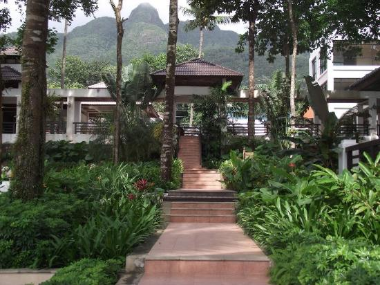 Chang Buri Resort and Spa: stair to the front beach and swimming pool.