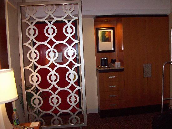 هياتون يونيفيرسيتي اوف هيوستون: entrance to room