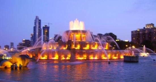 Buckingham Fountain in Grant Park at night