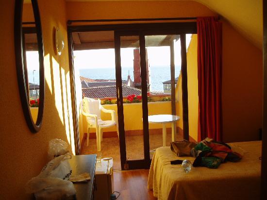 Casa las Flores: view through room to balcony