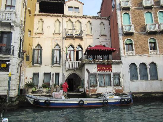 Al Ponte Antico Hotel: Arrving from the water