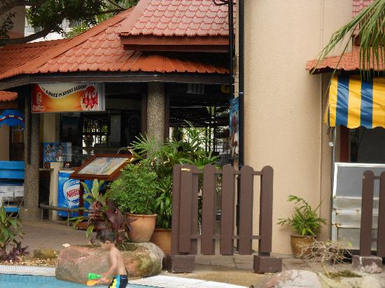 Rainbow Paradise Beach Resort: pool bar..Gaya's