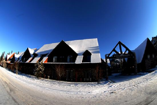 Mystic Springs Chalets & Hot Pools : Winter