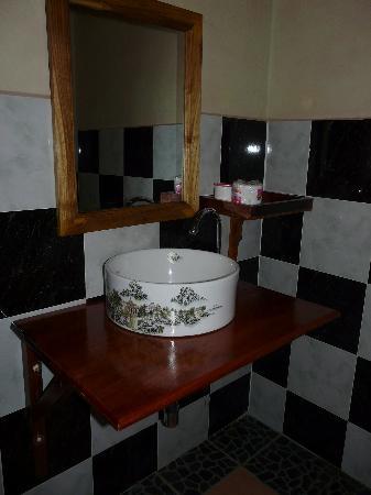 Lao Lu Lodge: Salle de bain trés propre et eau chaude