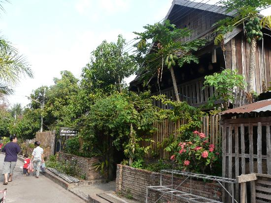 Lao Lu Lodge: vue de la rue