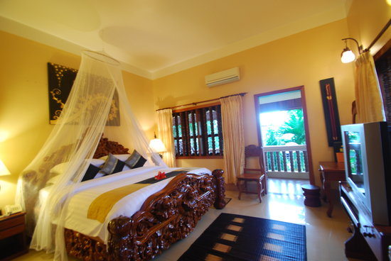 Shining Angkor Boutique Hotel: The Suite Balcony with Ancient Bed