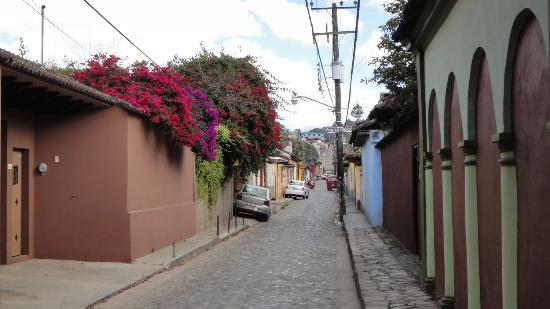 Posada Sancris: Tapachula street (hotel on the left side, with the flowers)