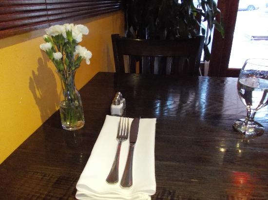 Hanci Turkish Cuisine : fresh flowers and a real napkin