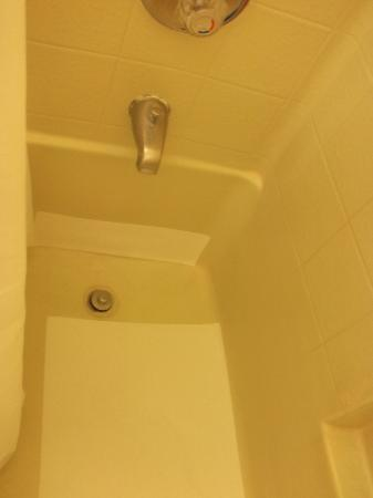 Ramada Los Angeles/Wilshire Center: Tub patched up
