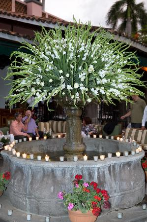 Las Mananitas: The flowers at the Fuente