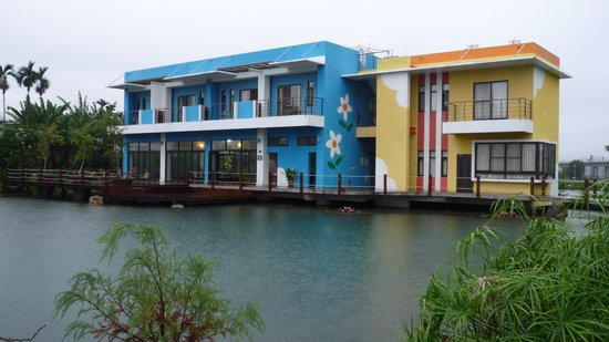 Beauty Spring Harvest B&B: Colorful building in the middle of the bamboo fields
