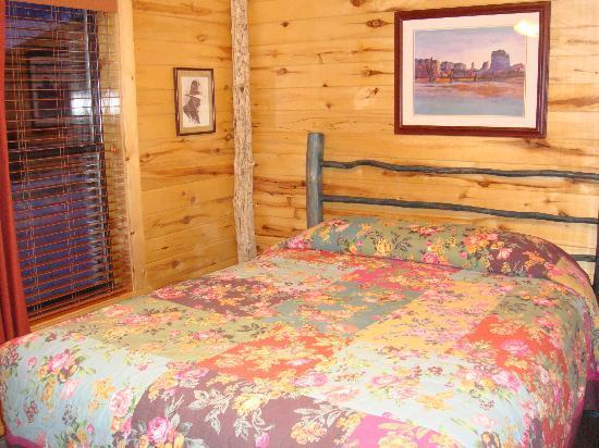 Fireside Inn & Cabins: Comfortable Bed