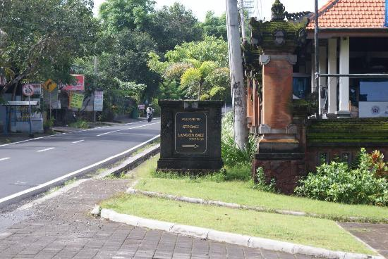 Langon Bali Resort & Spa: 酒店入口处,也是大学校门