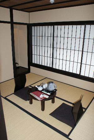 Kyomachiya Ryokan Sakura Honganji: our quant little japanese room 307