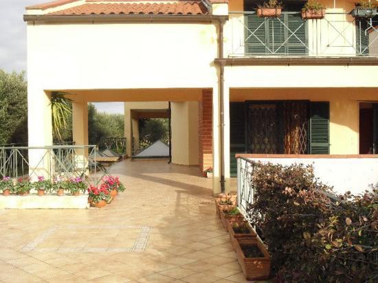 Casa degli Ulivi: esterno patio casa