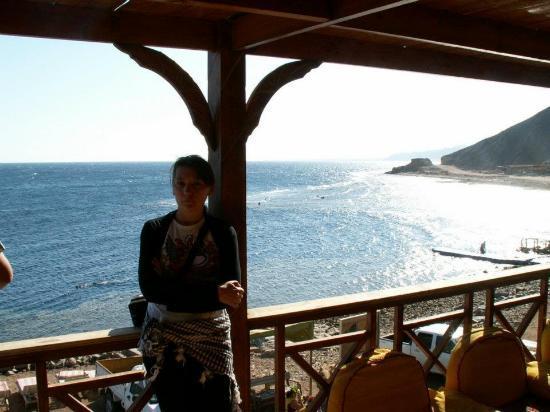 Sinai Voyage: У меня за спиной тот самый blue hole. Когда я первый раз туда нырнула, у меня просто перехватило