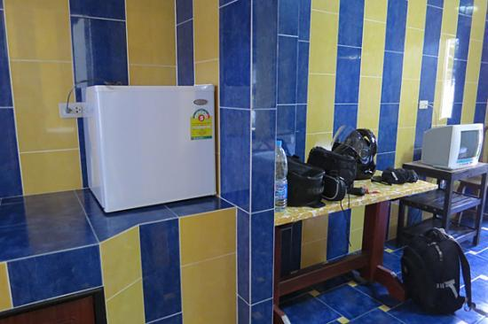 PS Guesthouse: room with fridge and cable TV