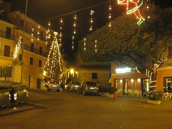 Rocca Santo Stefano, Włochy: il ristorante è sotto l'albero sulla destra