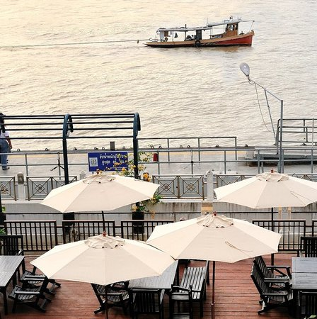 Aquatini Riverside Bar & Restaurant: Relaxing Afternoon