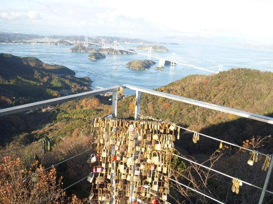 Imabari, Japon : 展望台から海峡を臨む