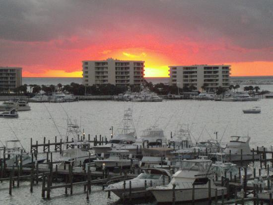Inn on Destin Harbor: Harbor view from our room at sunset