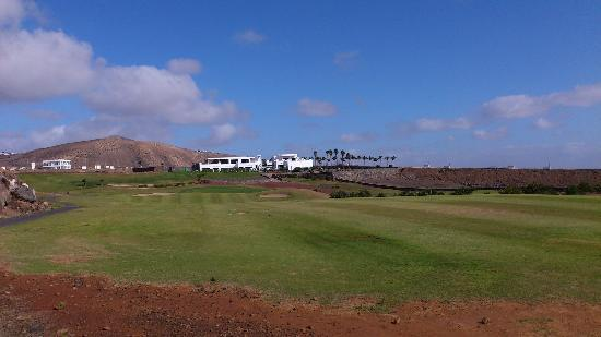 Lanzarote Golf: 9th green and clubhouse