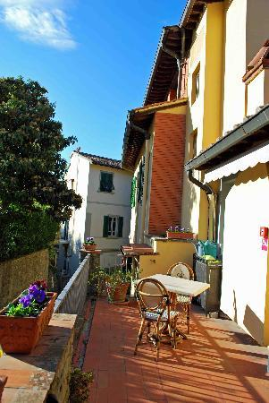 Hotel Villa Bonelli: Standing in front of the hotel looking at the alley