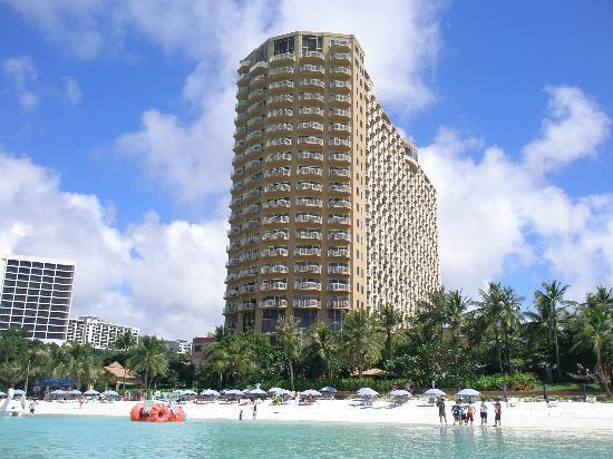 Outrigger Guam Beach Resort: 海からのアウトリガーです