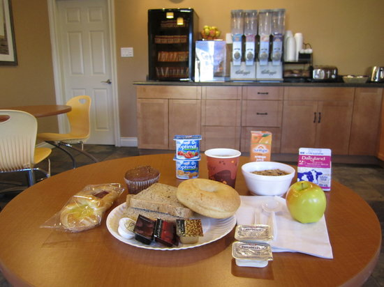 Kelowna Inn & Suites: Free continental breakfast with organic choices
