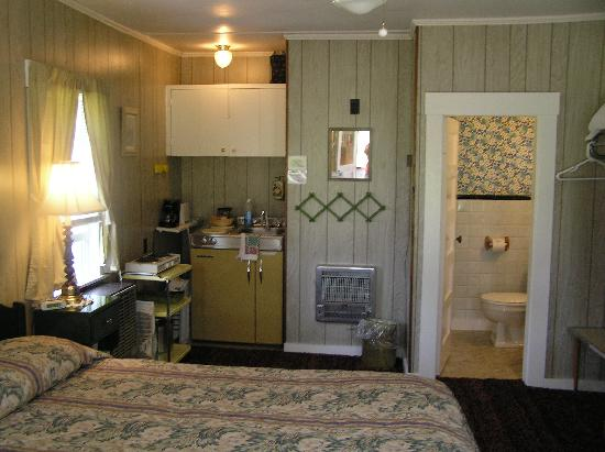 Profile Deluxe Motel: Cottage interior