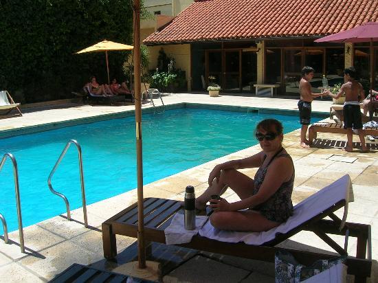 Hotel San Marcos: Pileta del hotel, se ven las habitaciones