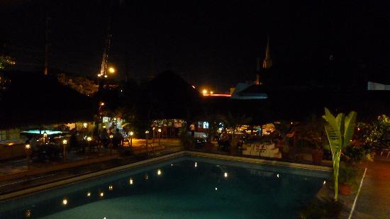 Sunset Garden Inn : piscine et restaurant