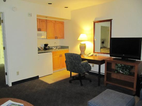 Red Lion Inn & Suites Tempe: Kitchenette area in living room