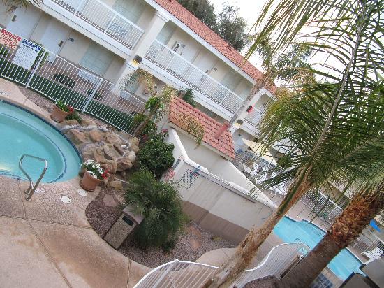 Red Lion Inn & Suites Phoenix-Tempe: Pool & Jacuzzi outside area