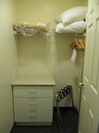 Red Lion Inn & Suites Phoenix-Tempe: Huge closet!