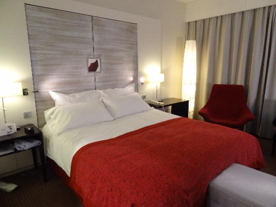 Sofitel Brussels Europe: Habitacion, cama King muy comoda