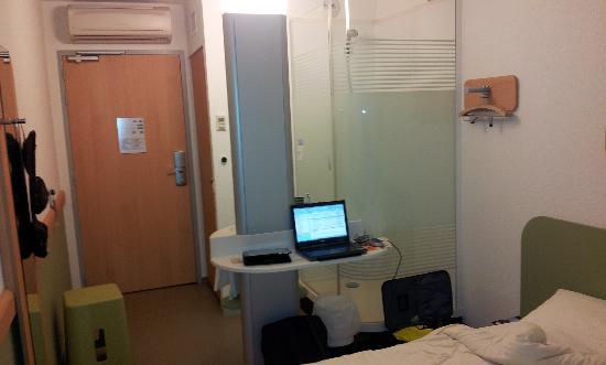 Ibis budget Saint Quentin : Cabine douche, penderie, mais pas d'armoire