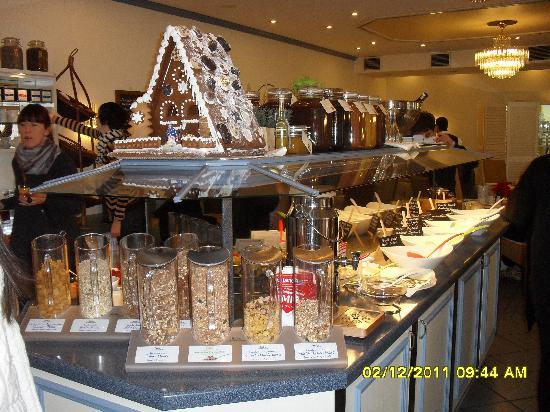 Carat Hotel & Apartments München: la sala della colazione con tanto di presepe di cioccolata
