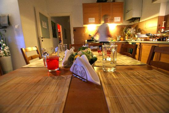 Greg & Tom Hostel: Kitchen
