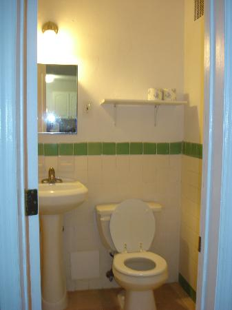 AAE Miami Beach Lombardy Hotel: Attached bathroom, almost unheard of in a Hostel