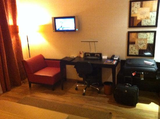 Crowne Plaza Milan - Malpensa Airport: work area with desk and TV
